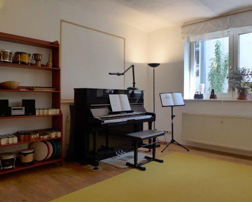 Ansicht des Raumes Chaupi mit Klavier und Perkussionsinstrumente